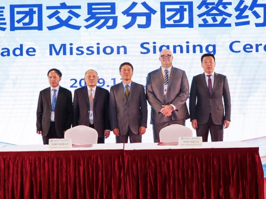 李斌参加第二届中国国际进口博览会并与外商签署木材进口协议
